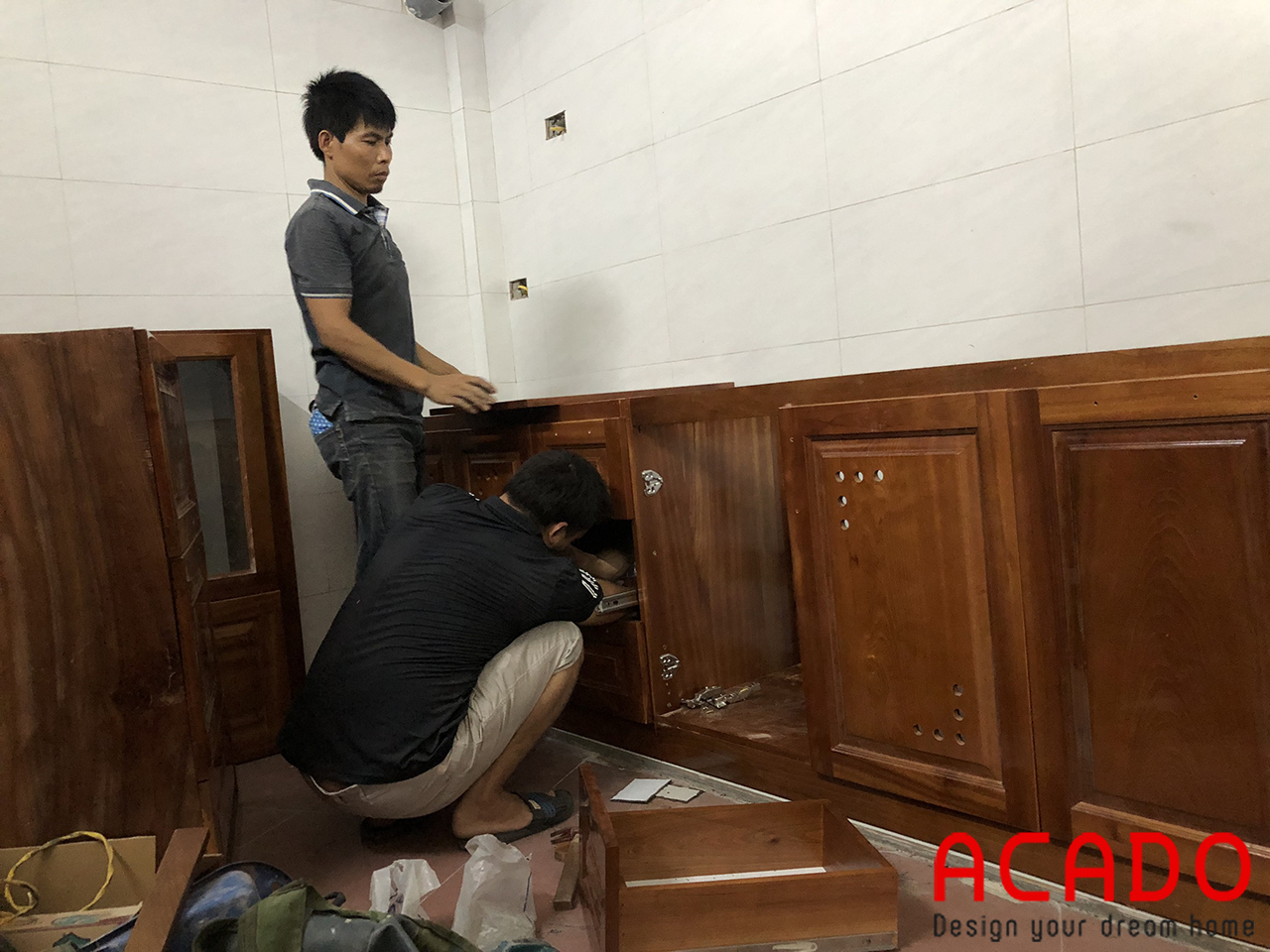 Thợ thi công ACADO bắt đầu đóng tủ bếp tại Tản Đà-tủ bếp chất liệu gỗ xoan đào