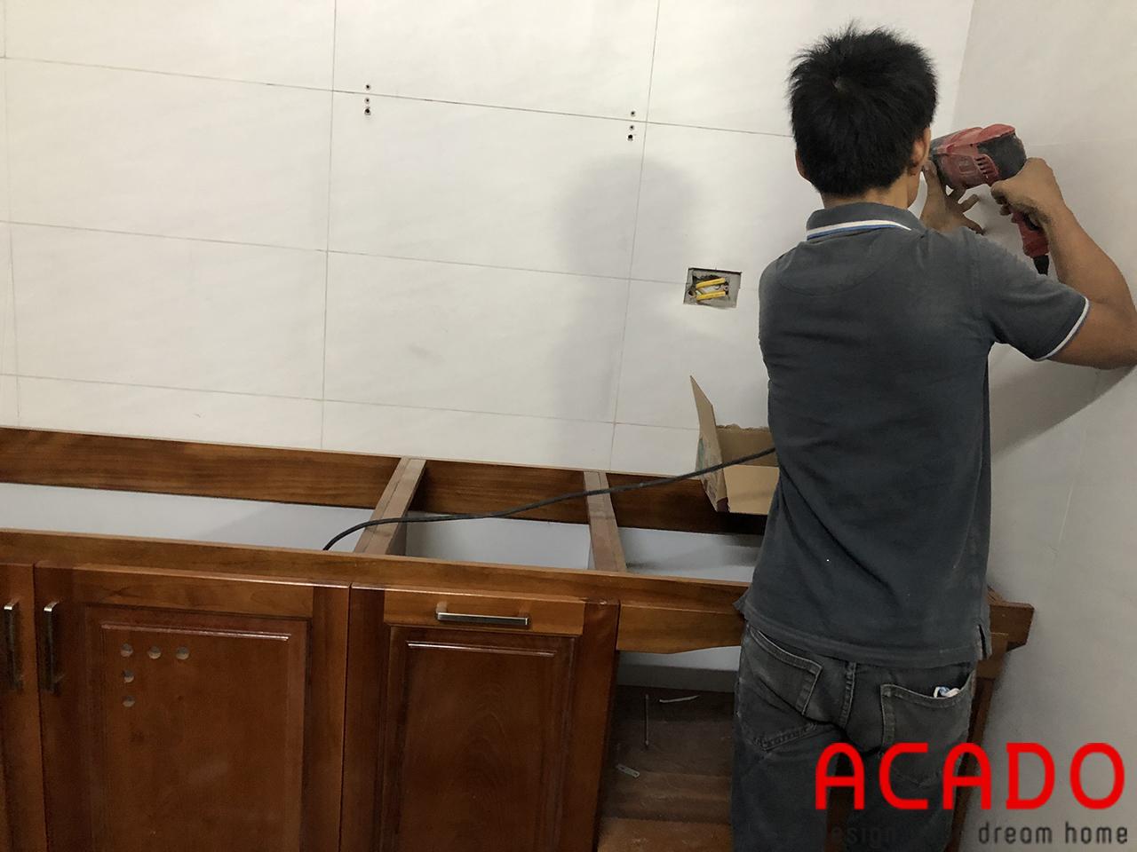 Thợ thi công bên ACADO đang lắp đặt tủ bếp cho gia đình cô Hợi