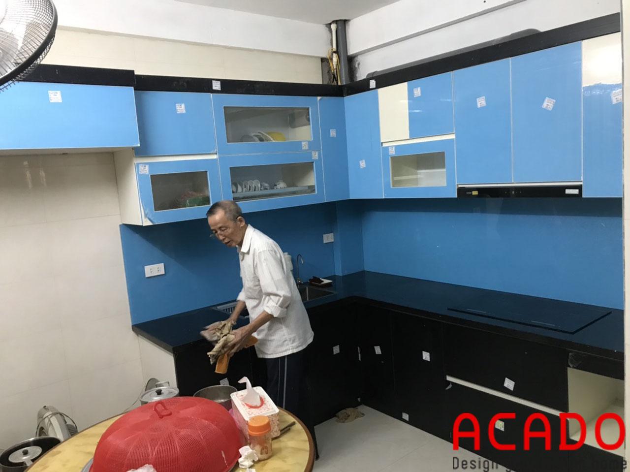 Tủ bếp thùng Picomat, cánh Acrylic sử dụng màu kính xanh dương làm điểm nhân
