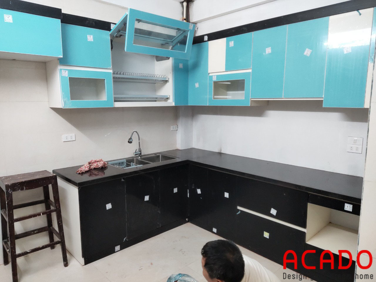 Tủ bếp đen trắng làm nên sự đẳng cấp cho căn bếp