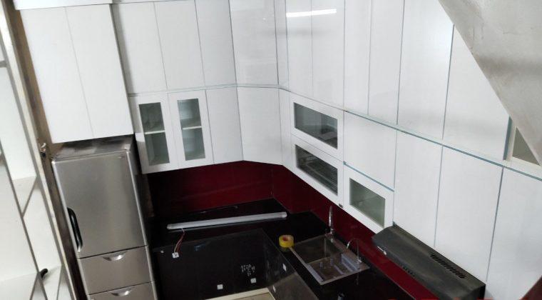 Thùng picomat trắng kết hợp với cánh acrylic màu đen làm nên sự trẻ trung,mới lạ cho căn bếp nhà bạn
