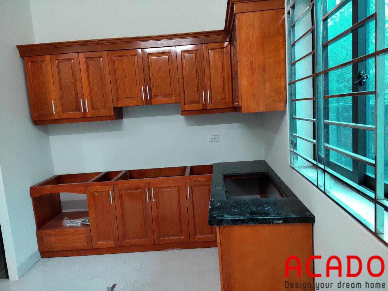 Thợ thi công ACADO thực hiện quá trình lắp đặt tủ bếp tại gia đình chị Nhung