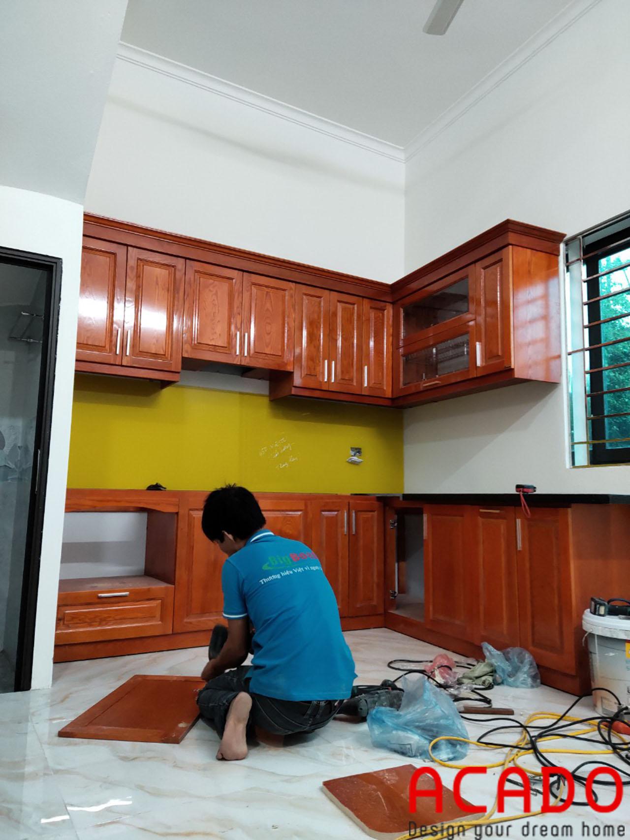 Thợ thi công nội thất ACADO thưc hiện quá trình lắp đặt tủ bếp cho gia đình em trai chị Nhung