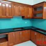 Gỗ Sồi Nga màu cánh gián kết hợp với kính xanh dương tạo vẻ đẹp ấm cúng, tao nhã cho căn bếp