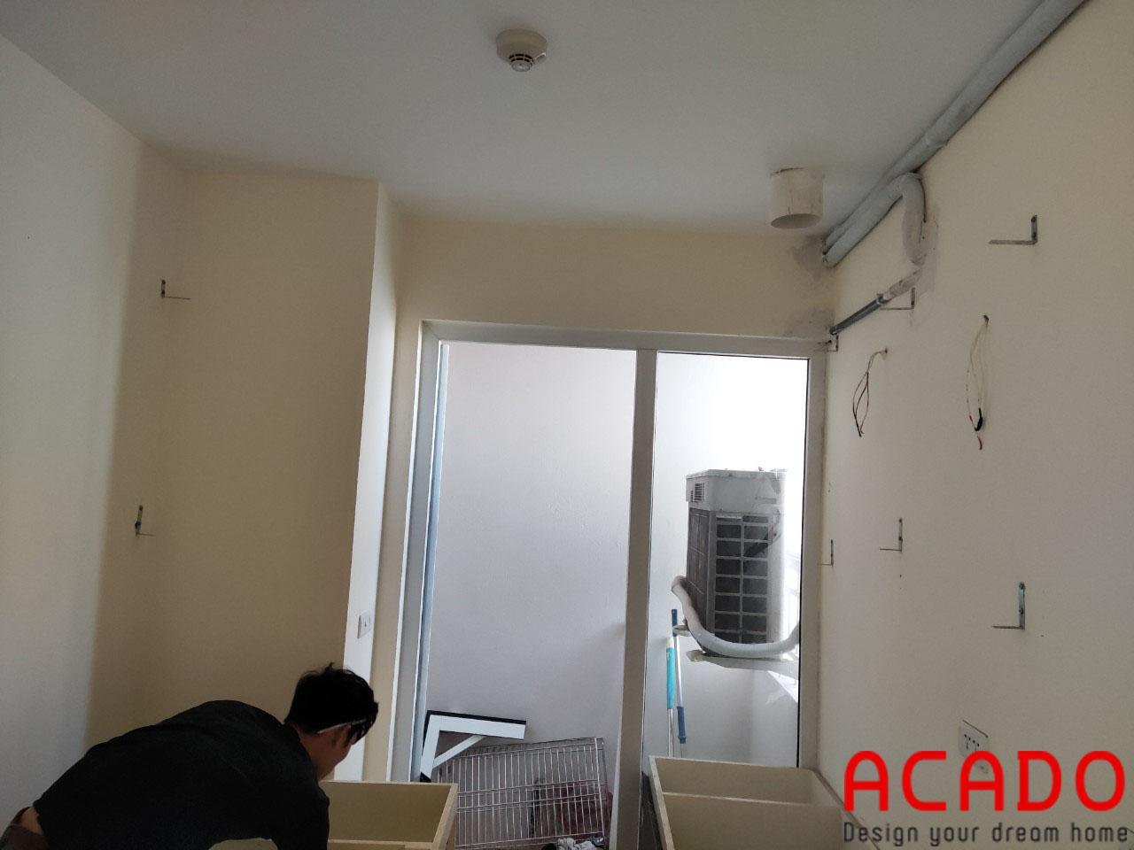 Thợ thi công ACADO đã vận chuyển đồ đạc để thực hiện quá trình đóng tủ bếp tại Kiến Hưng-Hà Đông