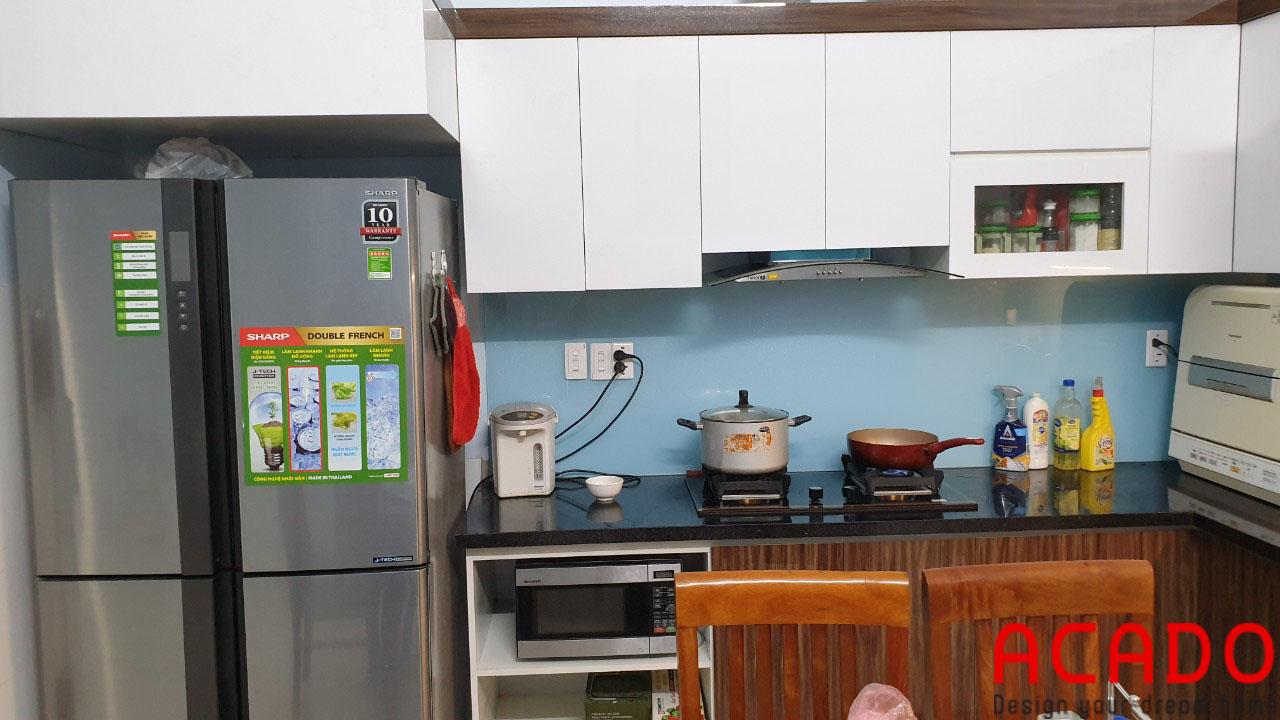 Cánh trắng phối vân gỗ mang đến không gian hiện đại cho căn bếp-Thi công tủ bếp Long Biên