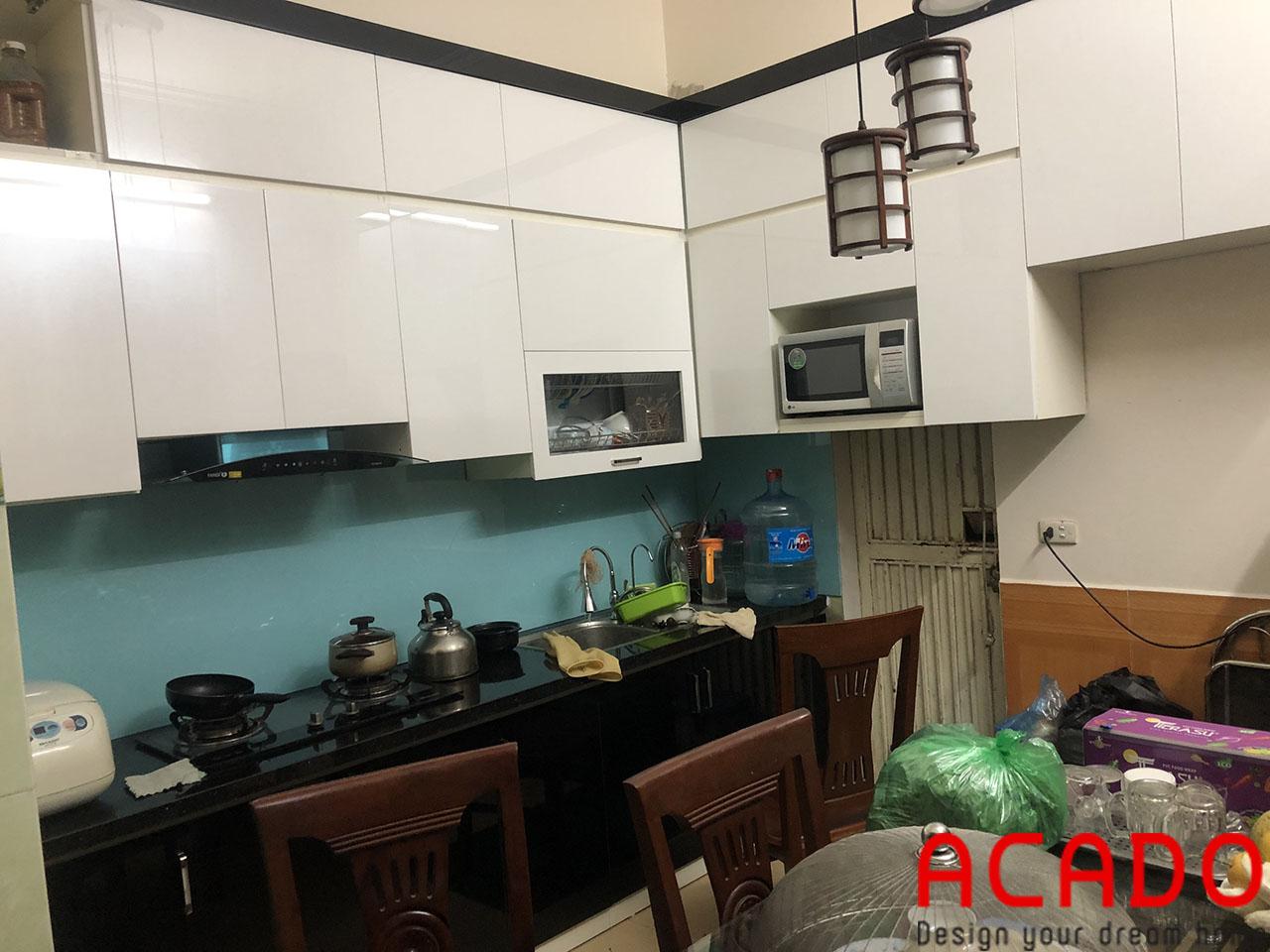 Màu kính xanh nhẹ nhành làm nên điểm nhấn cho bộ tủ bếp, thi công tủ bếp tại Thanh Trì-Hà Nội
