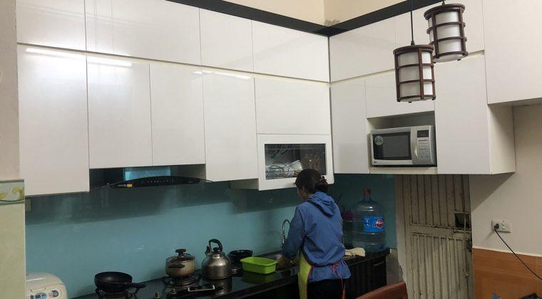 Chất liệu cánh Picomat bóng gương đầy sang trọng, đẳng cấp cho căn bếp