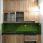 Màu vàng nâu nhẹ nhàng của tủ bếp gỗ sồi Nga mang lại cảm giác thân thuộc - đóng tủ bếp tại chung cư Hồng Hà Eco City
