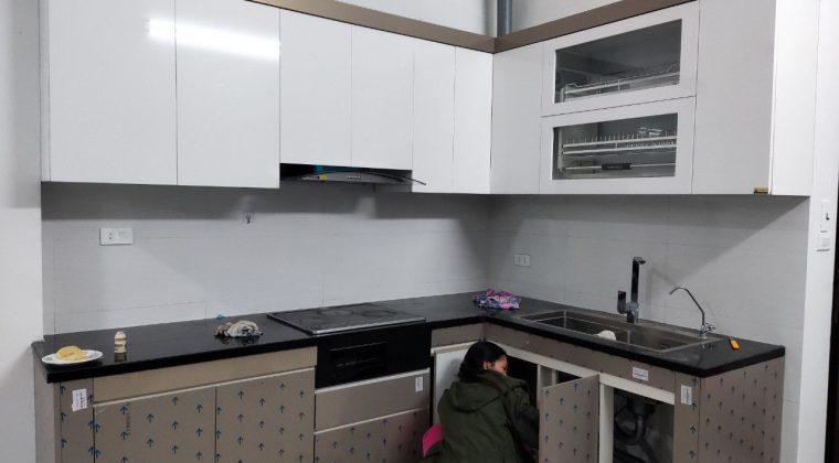 Tủ bếp chuẩn bị hoàn thành để kịp bàn giao cho gia đình chị Hương