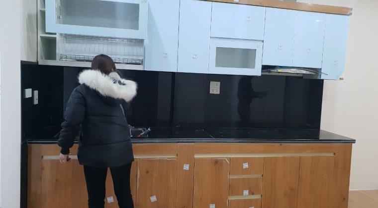 Sau khi hoàn thiện tủ bếp của gia đình chị Mai đang được nhân viên ACADO giám sát, kiểm tra lại Trước khi bàn giao cho chủ nhà