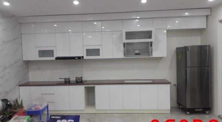 Cánh Acrylic trắng mang lại không gian sang trọng, trẻ trung, sang trọng cho căn bếp