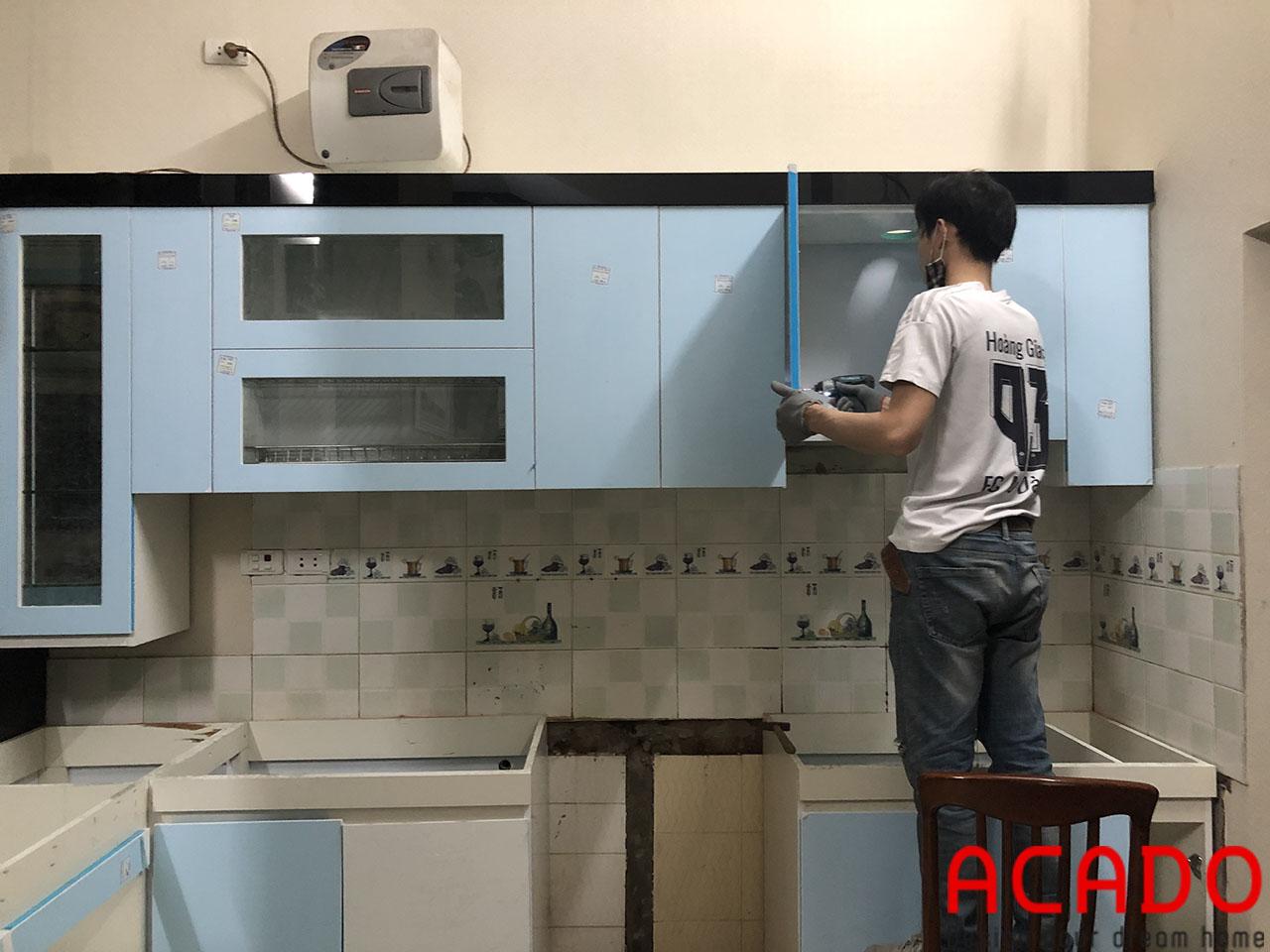 Thợ thi công ACADO đang thực hiện quá trình lắp đặt - Thi công tủ bếp tại Phan Đình Giót