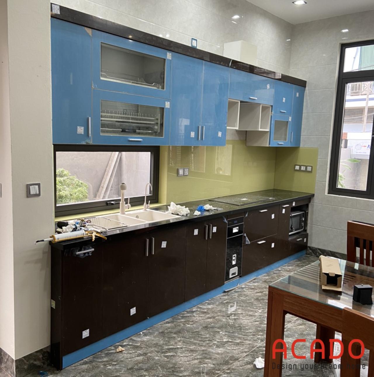 Kính bếp màu vàng nhạt là điểm nhấn của căn bếp - làm tủ bếp tại Đông Anh