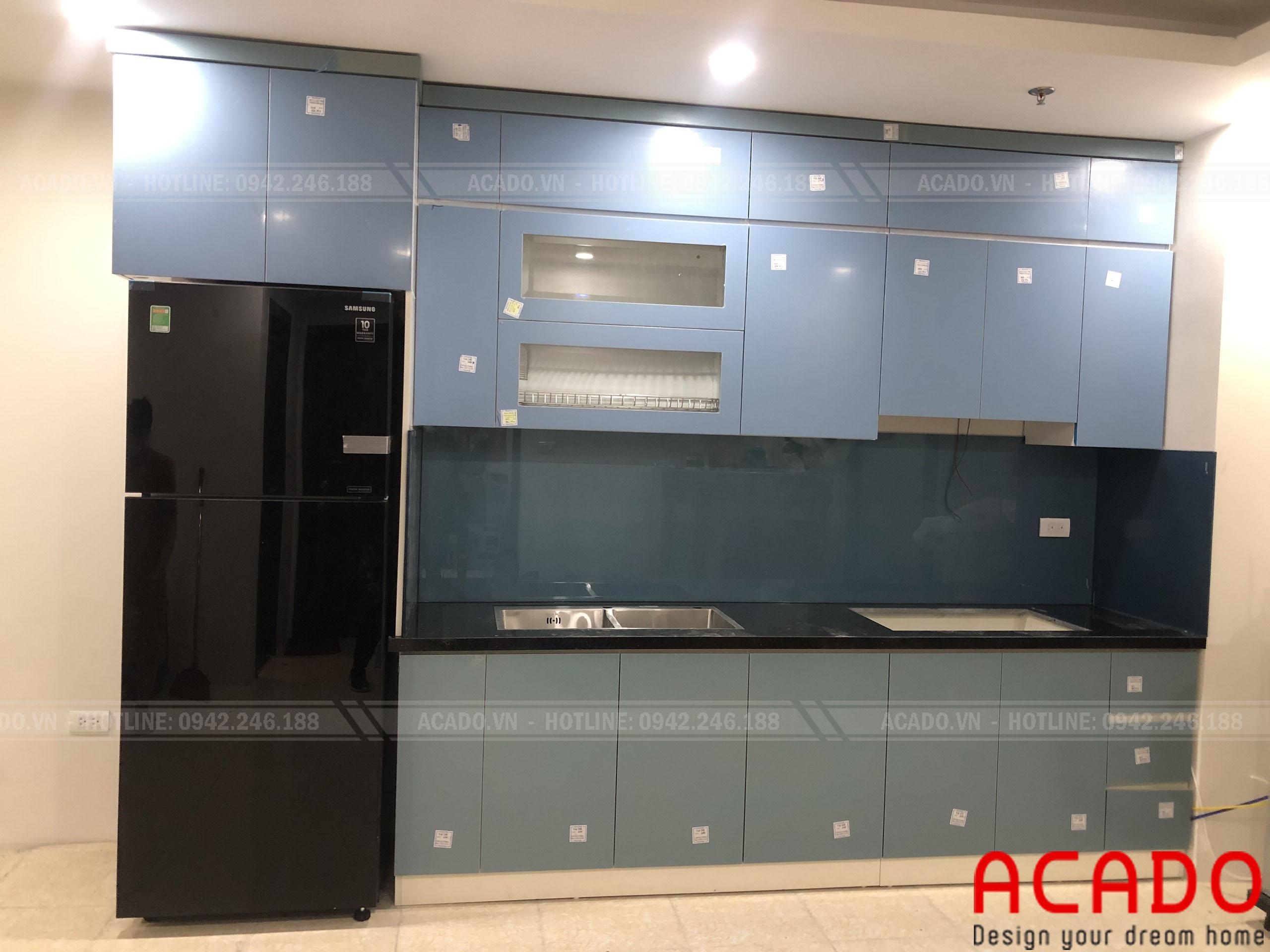 Tủ bếp gia đình anh Kiệm sử dụng kính xanh làm điểm nhấn - Lắp đặt tủ bếp tại Mỹ Đình