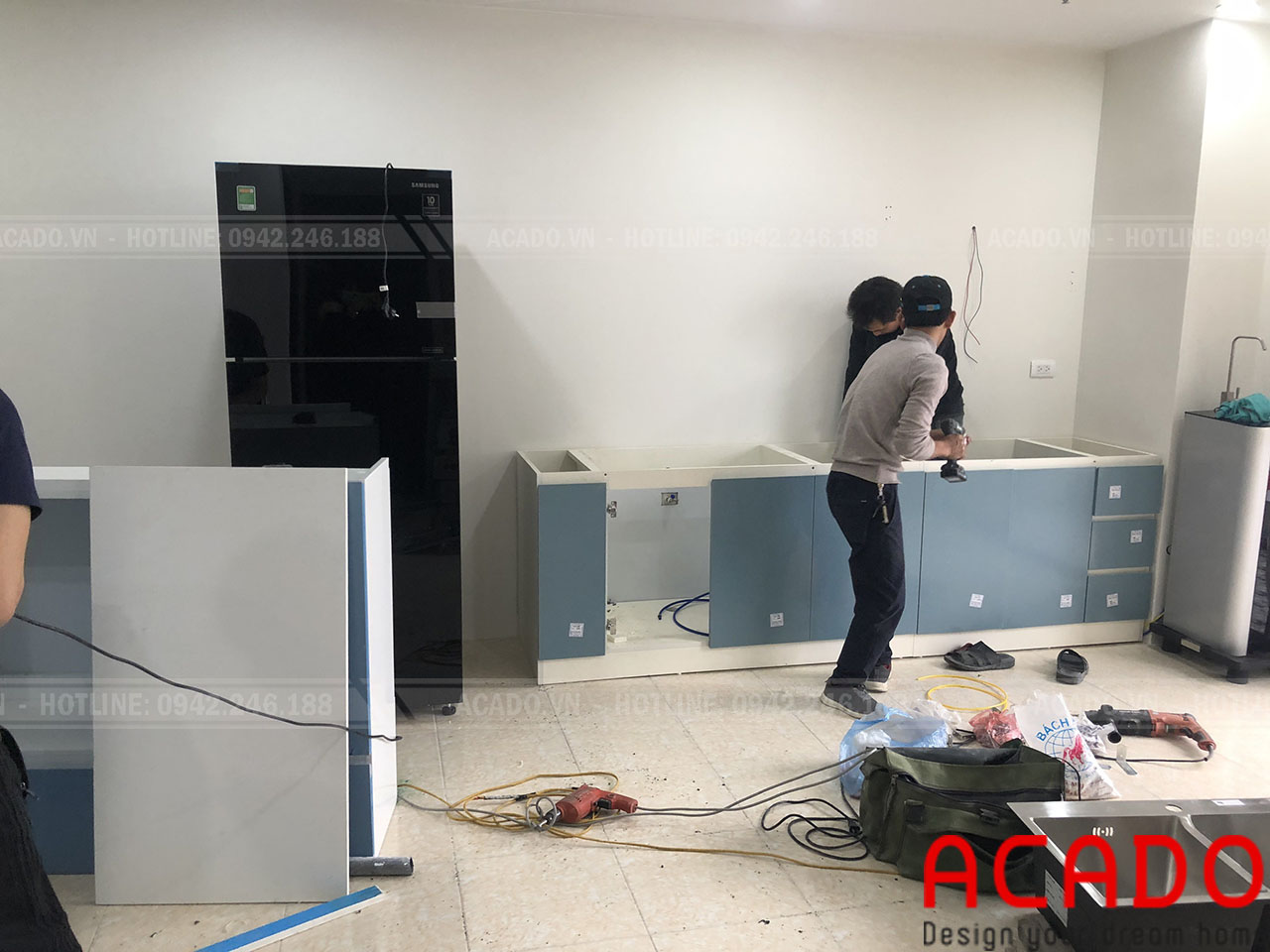 Thợ thi công vận chuyển đồ đặc và bắt đầu quá trình thi công - Lắp đặt tủ bếp tại Mỹ Đình