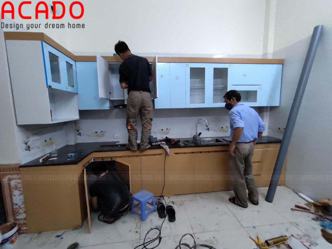 Chất liệu cánh tủ trên Acrylic trắng bóng gương giúp không gian căn bếp trở nên sang trọng, hiện đại