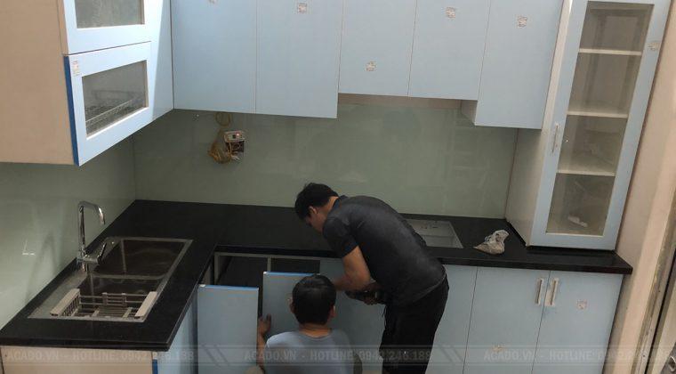 Quá trình thi công tủ bếp đã hoàn thành và bàn gian cho gia đình anh Tuấn