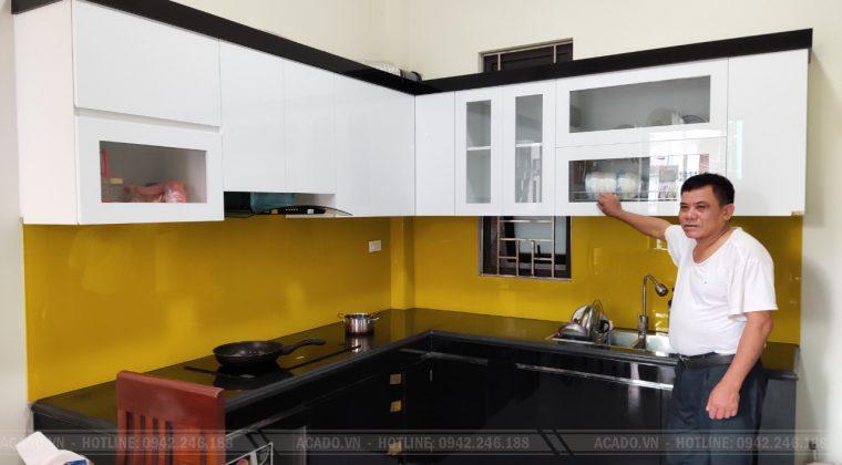 Kính vàng nổi bật tạo điểm nhấn cho không gian bếp - Làm tủ bếp tại An khánh