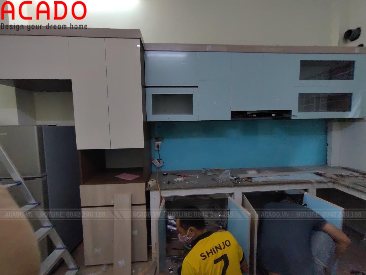Thợ thi công ACADO bắt đầu lắp đặt tủ bếp cho gia đình chị Lan