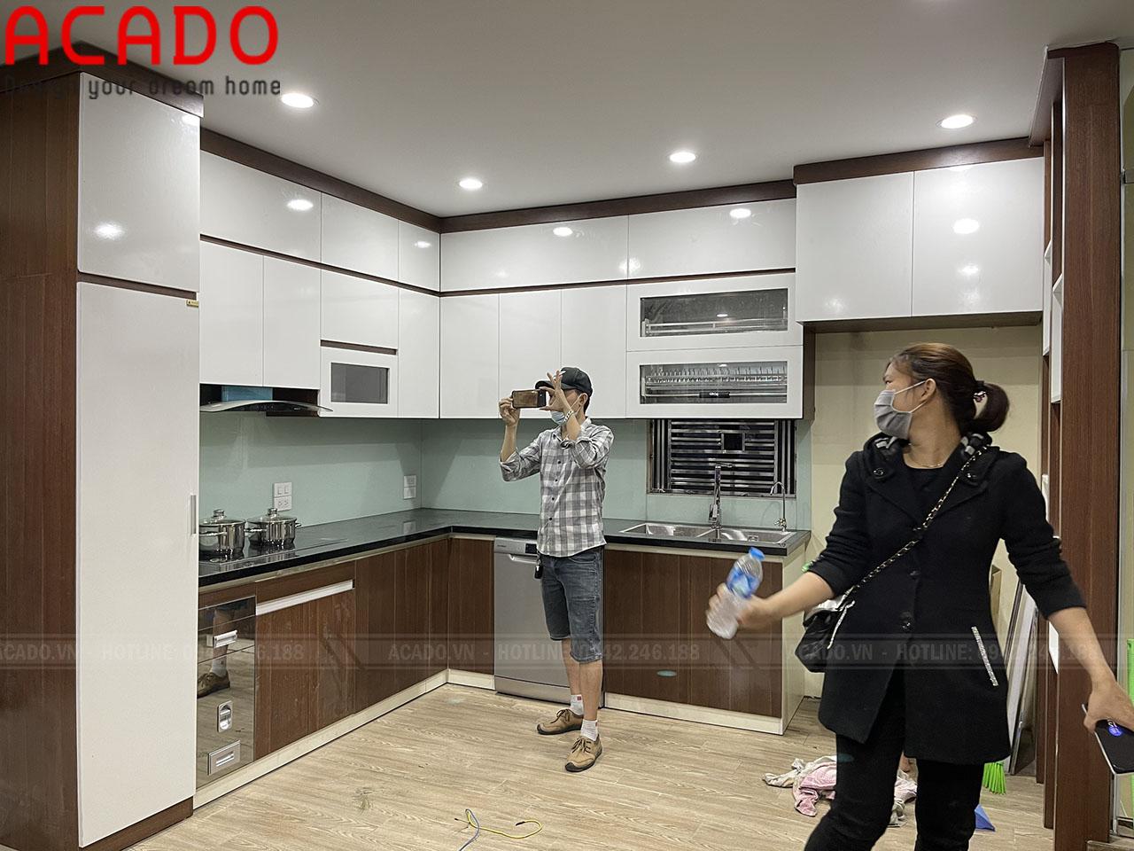 Tủ bếp kết hợp hài hòa giữa trắng và vân gỗ tạo không gian sang trọng, lung linh cho căn bếp