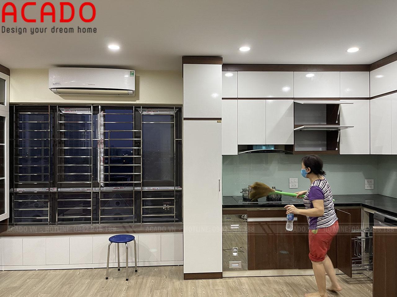 Kính bếp sắc xanh nhẹ nhàng tạo điểm nhấn cho căn bếp - Thi Công nội thất tại Lê Trọng Tấn