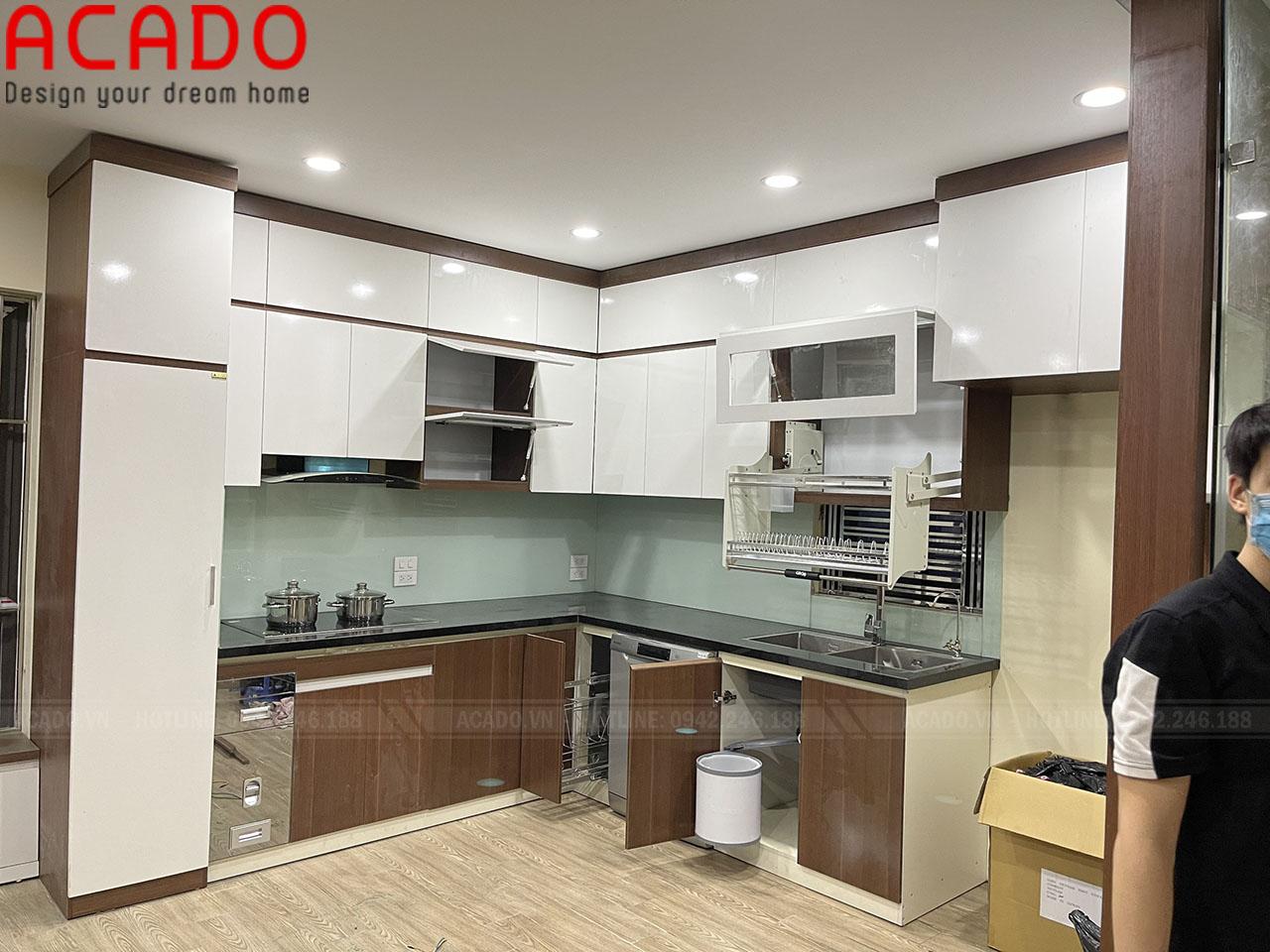 Tủ bếp cánh trắng nổi bật giúp không gian bếp trở lên rộng rãi, lung linh