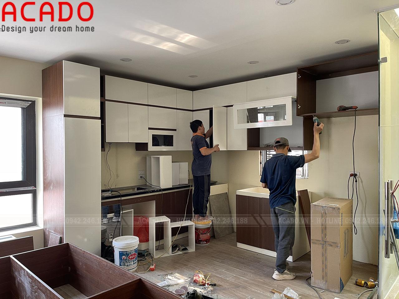Thợ thi công nội thất ACADO bắt đầu thực hiện quá trình lắp đặt