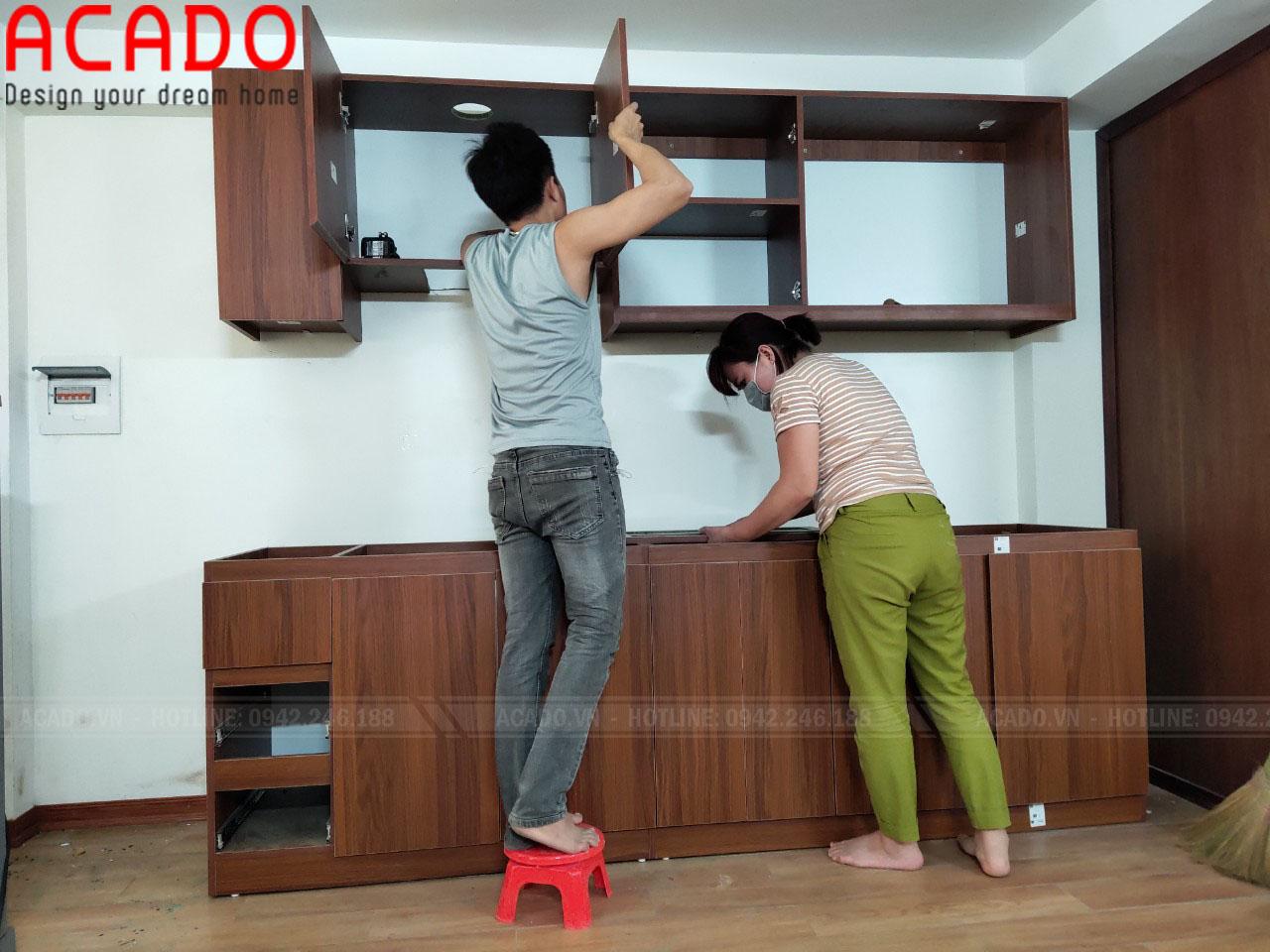Thợ thi công nội thất ACADO đang thực hiện quá trình thi công tủ bếp tại Hai Bà Trưng