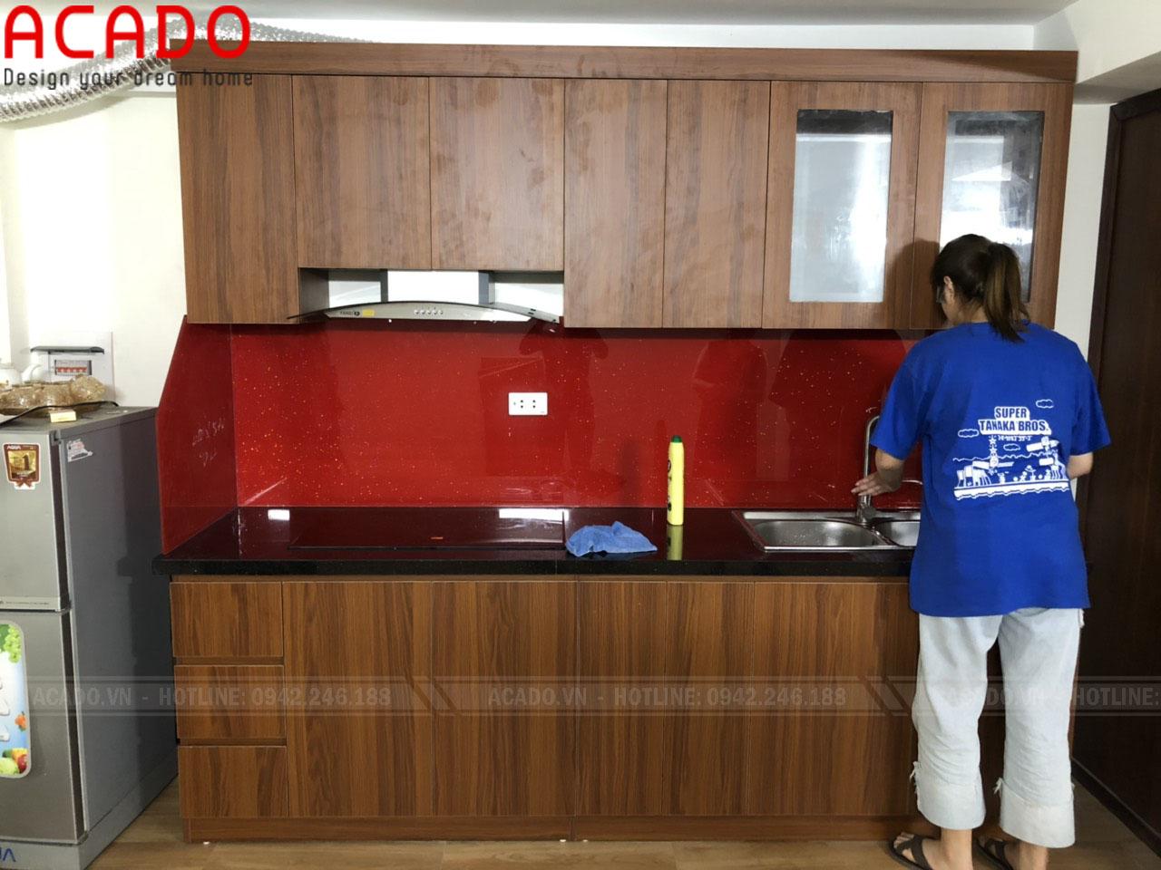 Tủ bếp kính đỏ phù hợp với tuổi, mệnh của gia chủ, mang lại may mắn, tiền tài,...