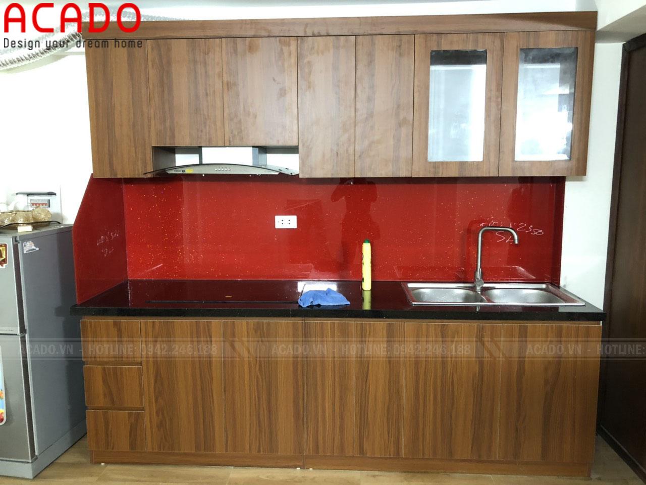Tủ bếp vân gỗ nâu mang đến không gian ấm cúng cho căn bếp - Thi công tủ bếp tại Hai Bà Trưng