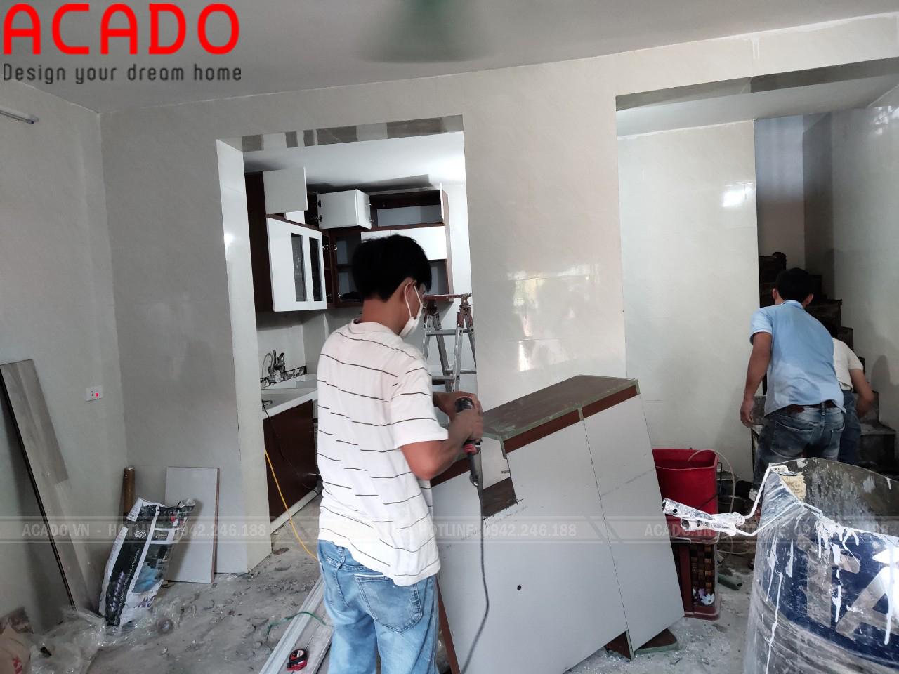 Thợ thi công thực hiện quá trình thi công tủ bếp - Làm tủ bếp tại Hoàng Mai - Hà Nội