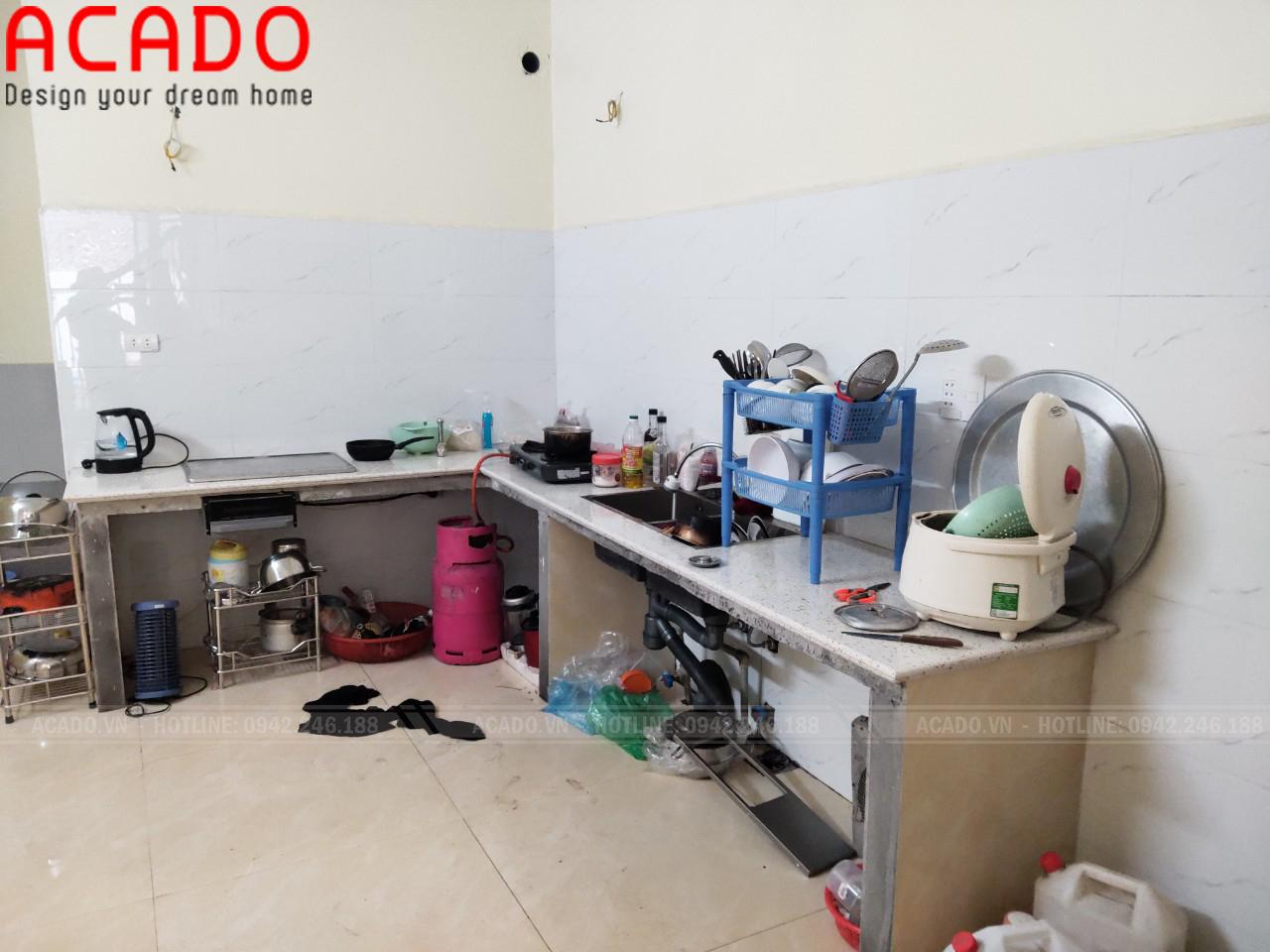 Hiện trạng bệ bê tông của căn bếp gia đình chị Hương khi nhân viên ACADO qua khảo sát