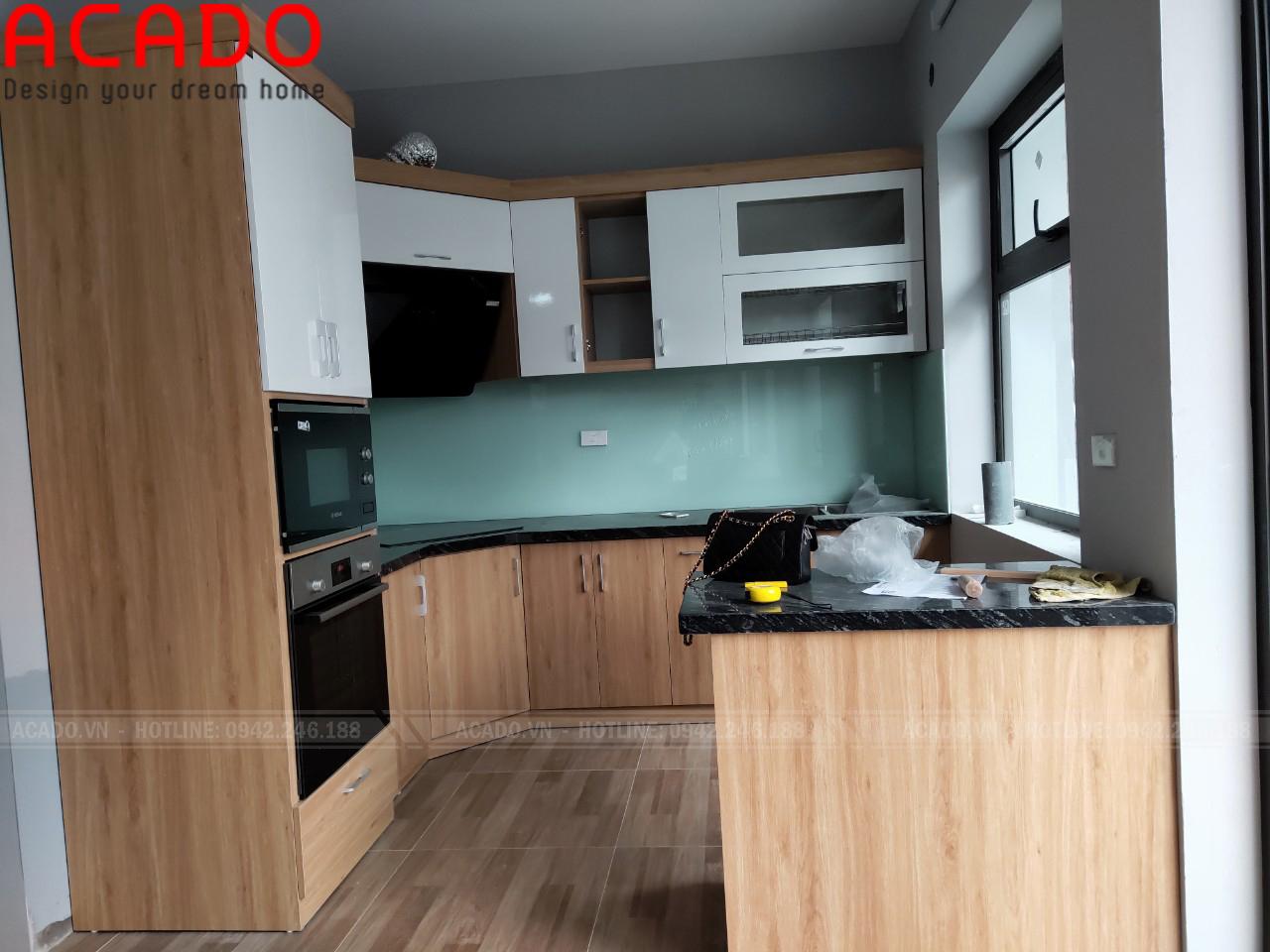 Tủ bếp kết hợp bàn đảo mang lại nhiều không gian sử dụng