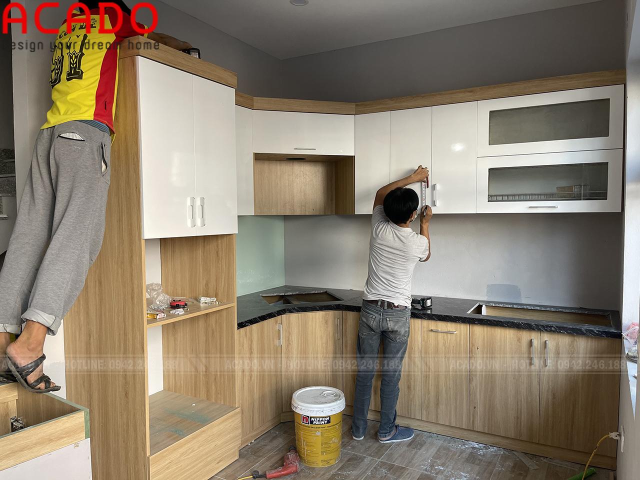 Kính xánh trắng điểm nhấn cho tủ bếp - Nội thất ACADO