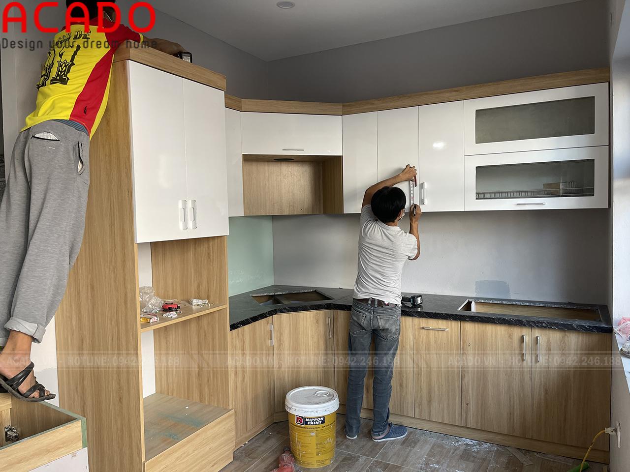 Tủ bếp trắng kết hợp vân gỗ, cách phối màu được rất nhiều khách hàng yêu thích