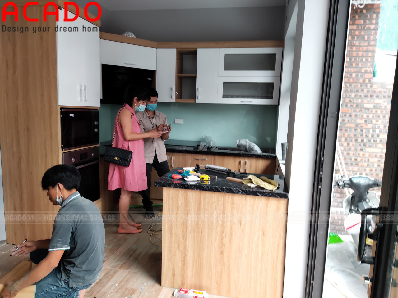 Thợ thi công nôi thất ACADO thực hiện quá trình lắp đặt - Lắp đặt tủ bếp tại Tây Hồ