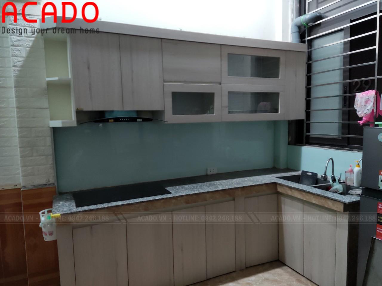 Kính bếp xanh tạo cảm giác nhẹ nhàng, trẻ trung cho không gian bếp