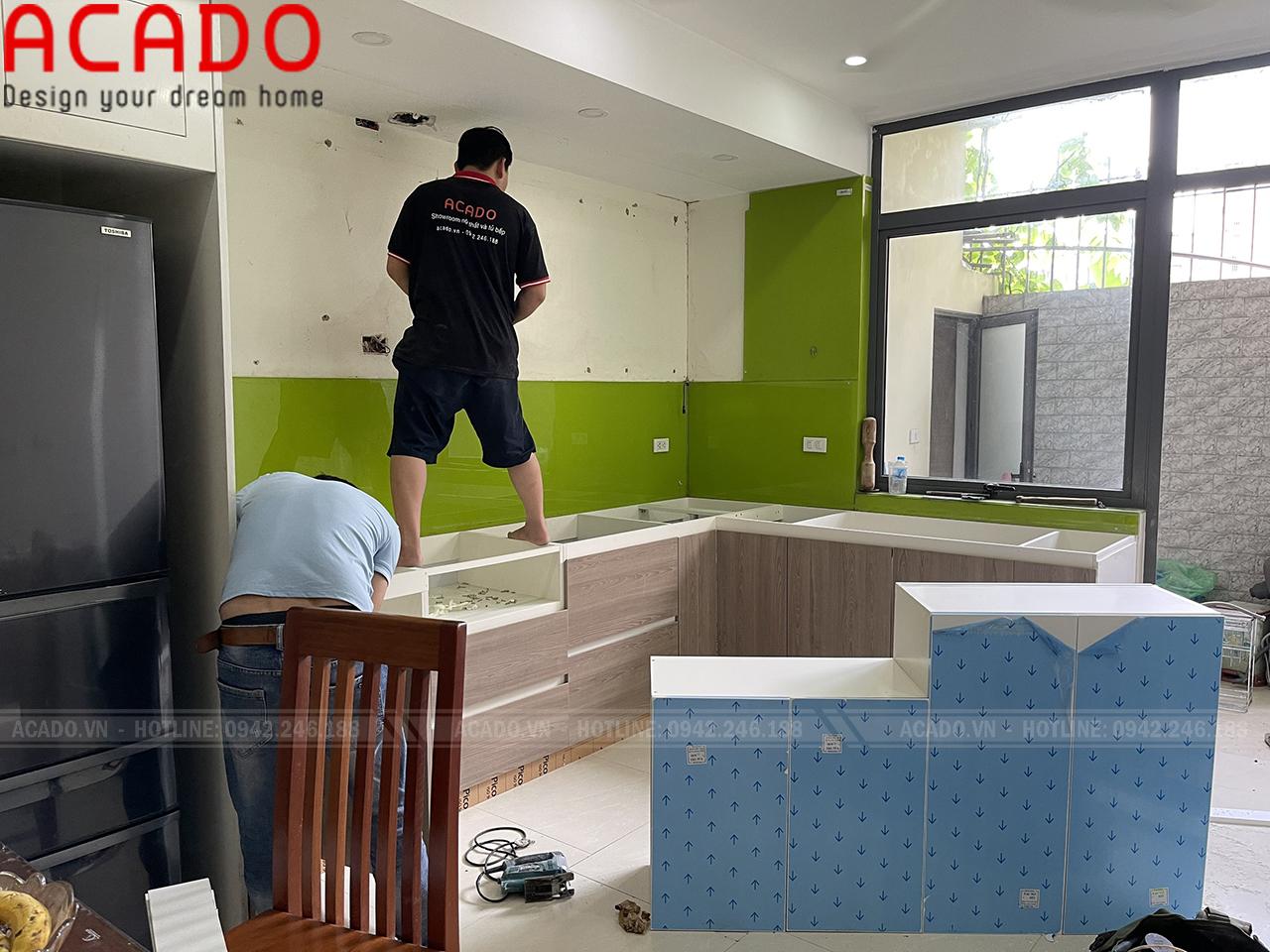 Thợ thi công bắt đầu thực hiện quá trình lắp đặt - Thi công nội thất tại Hà Đông