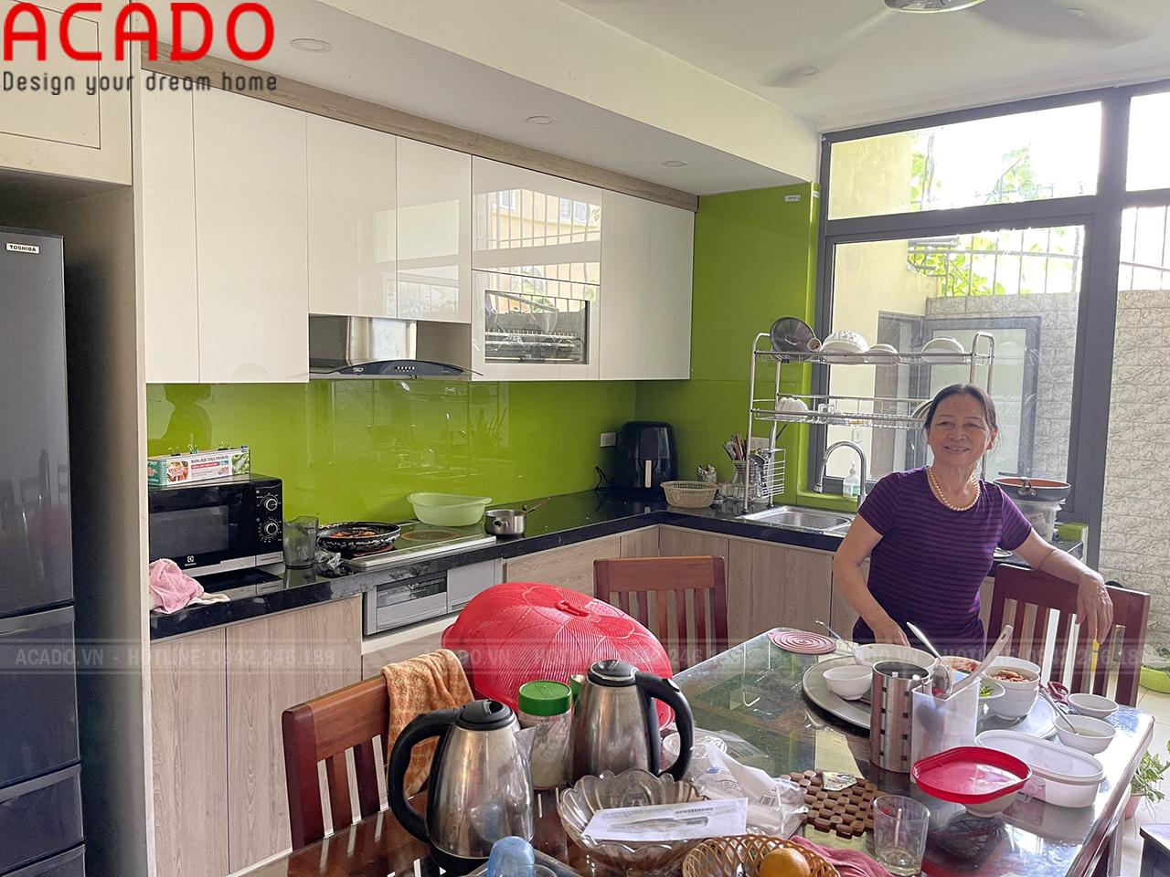 Kính bếp xanh cốm tạo điểm nhấn cho tủ bếp
