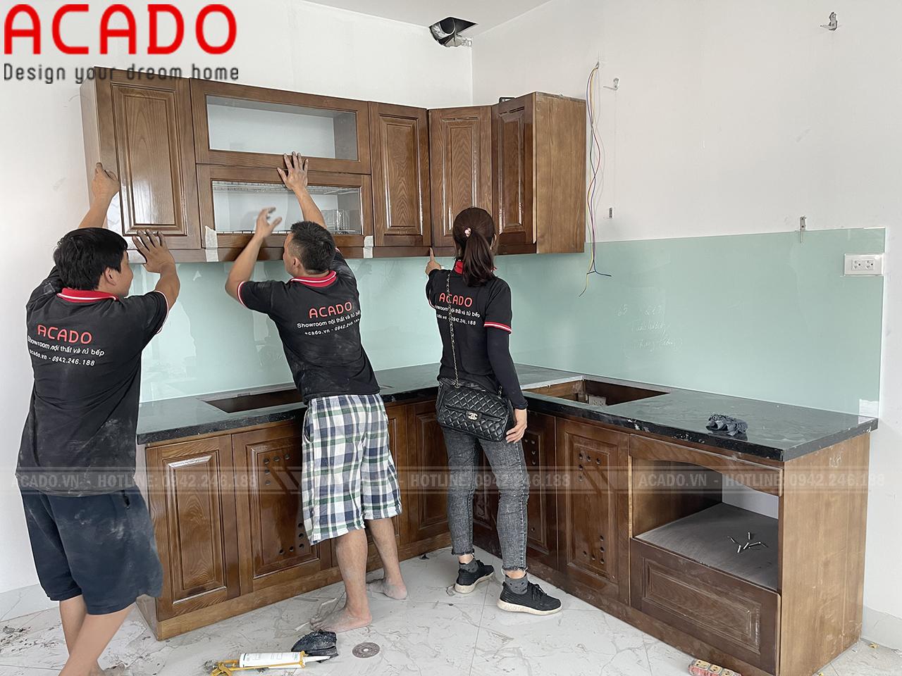 Thợ thi công bắt đầu lắp đặt tủ bếp gia đình anh Vinh