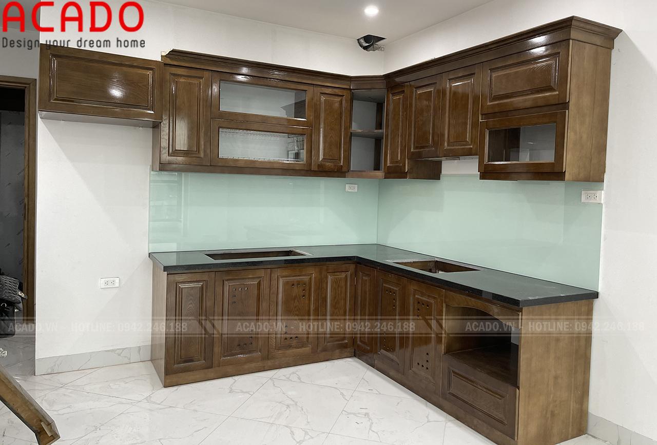 Tủ bếp phun màu óc chó kết hợp kính xanh trắng, tạo điểm nhấn cho tủ bếp