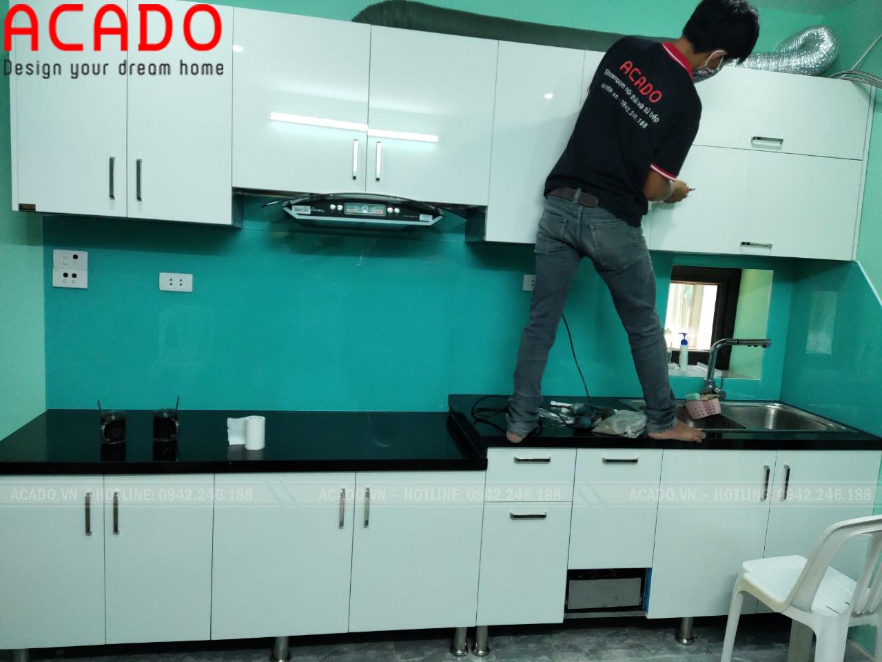 Kính bếp xanh dương màu sắc nhã nhặn, hài hòa, mang lại không gian tươi mới cho căn bếp