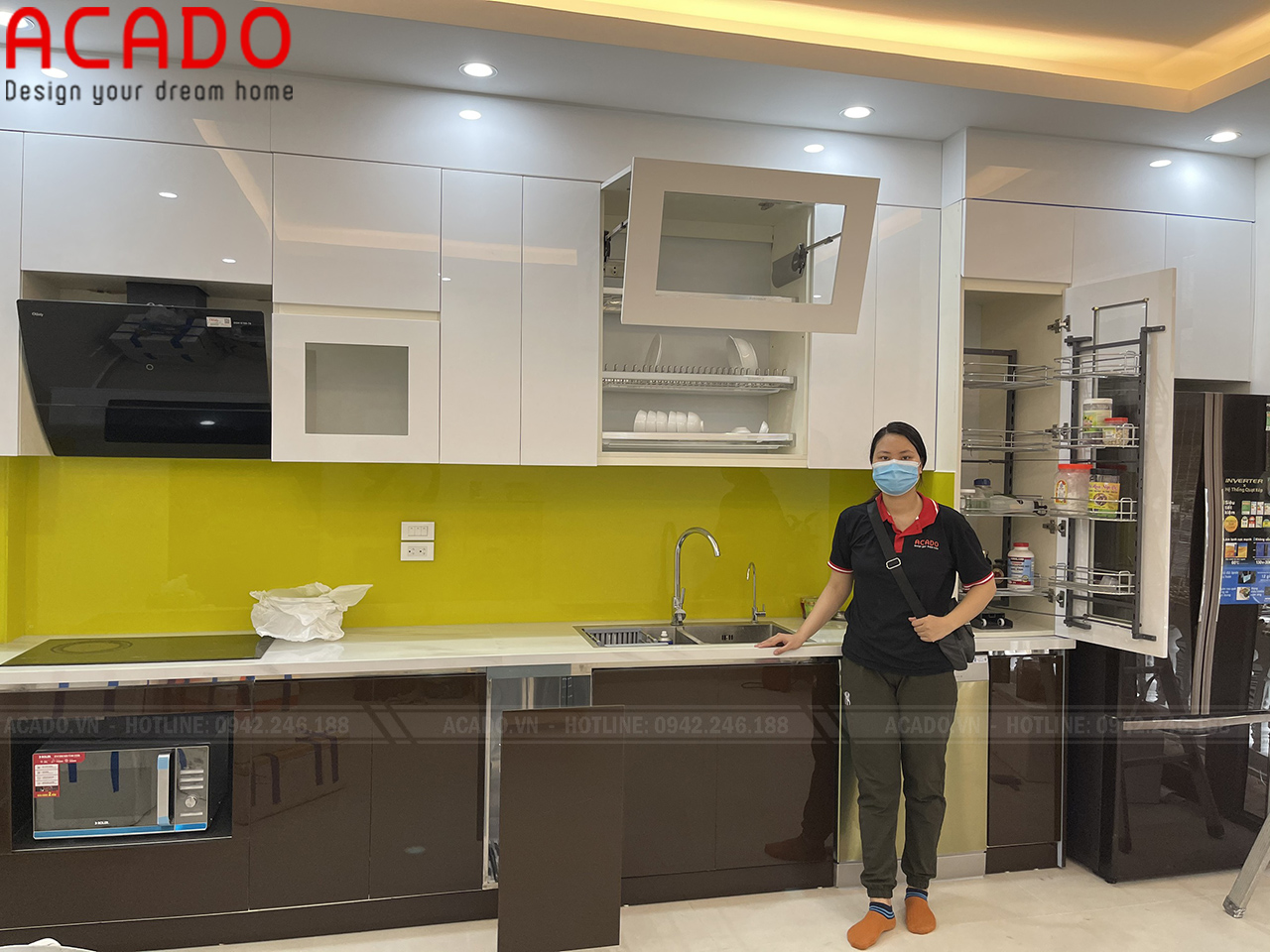 Kính bếp màu vàng tạo điểm nhấn giúp tủ bếp trở nên nổi bật