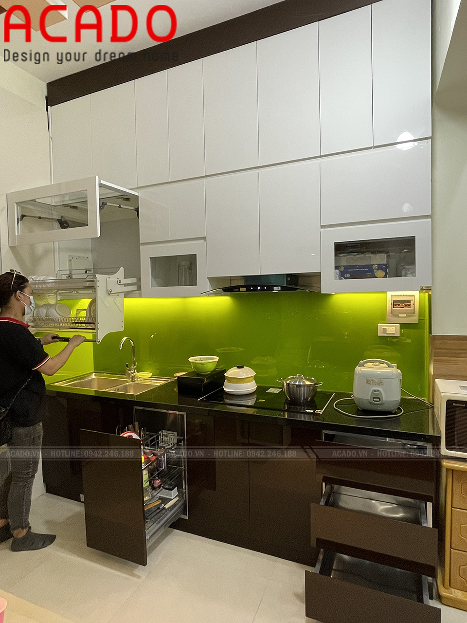 Tủ bếp kết hợp giá bát nâng hạ phù hợp với những gia đình có em nhỏ