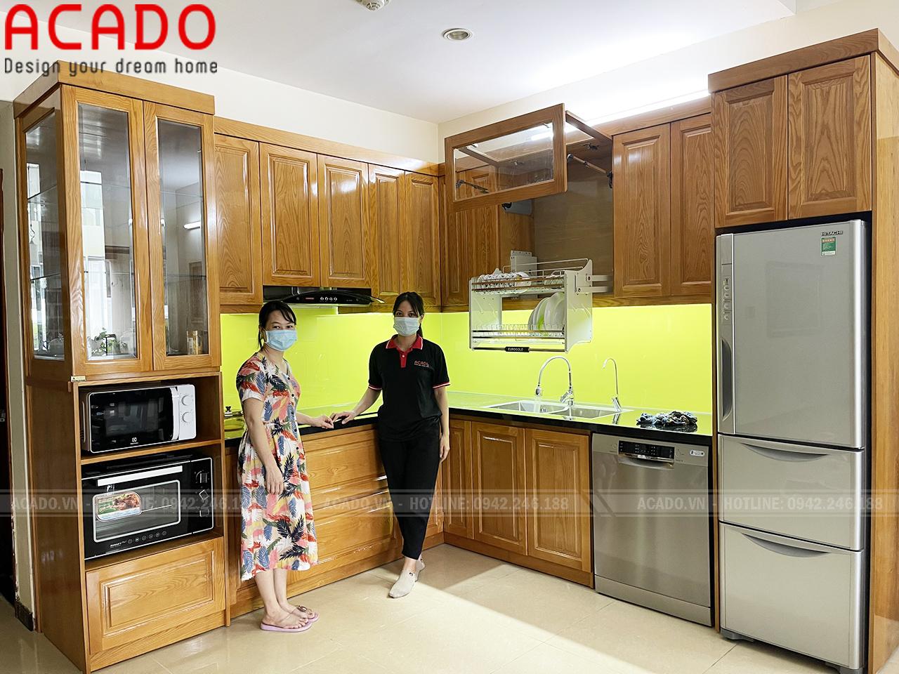 Tủ bếp chất liệu gỗ sồi Nga màu vàng nhạt