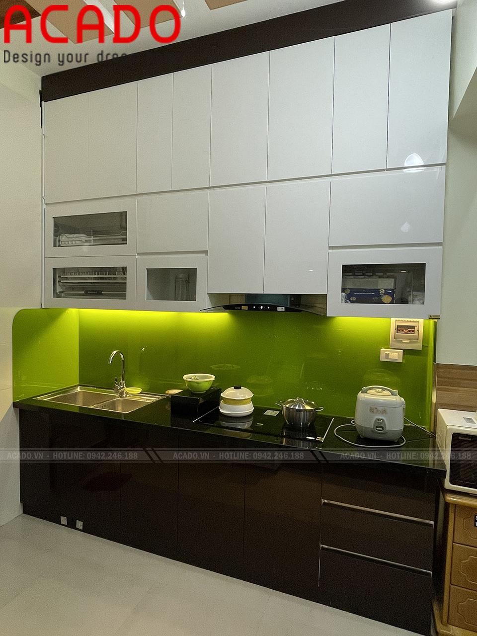 Bề mặt kính acrylic bong gương tạo nên vẻ đẹp hiện đại cho không gian bếp