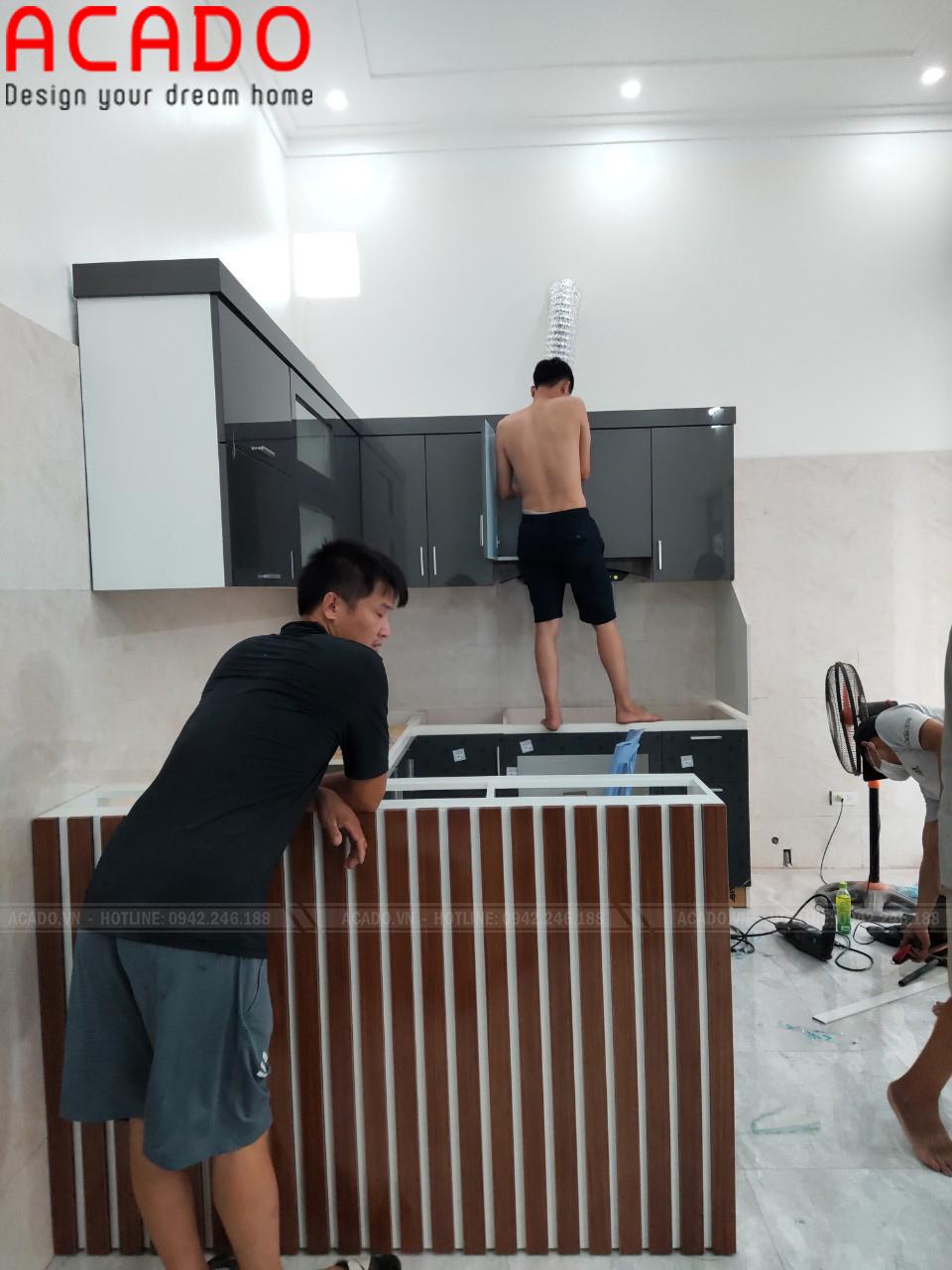Quá trình lắp tủ bếp được giám sát tỉ mỉ. Đóng tủ bếp tại Mê Linh - Hà Nội