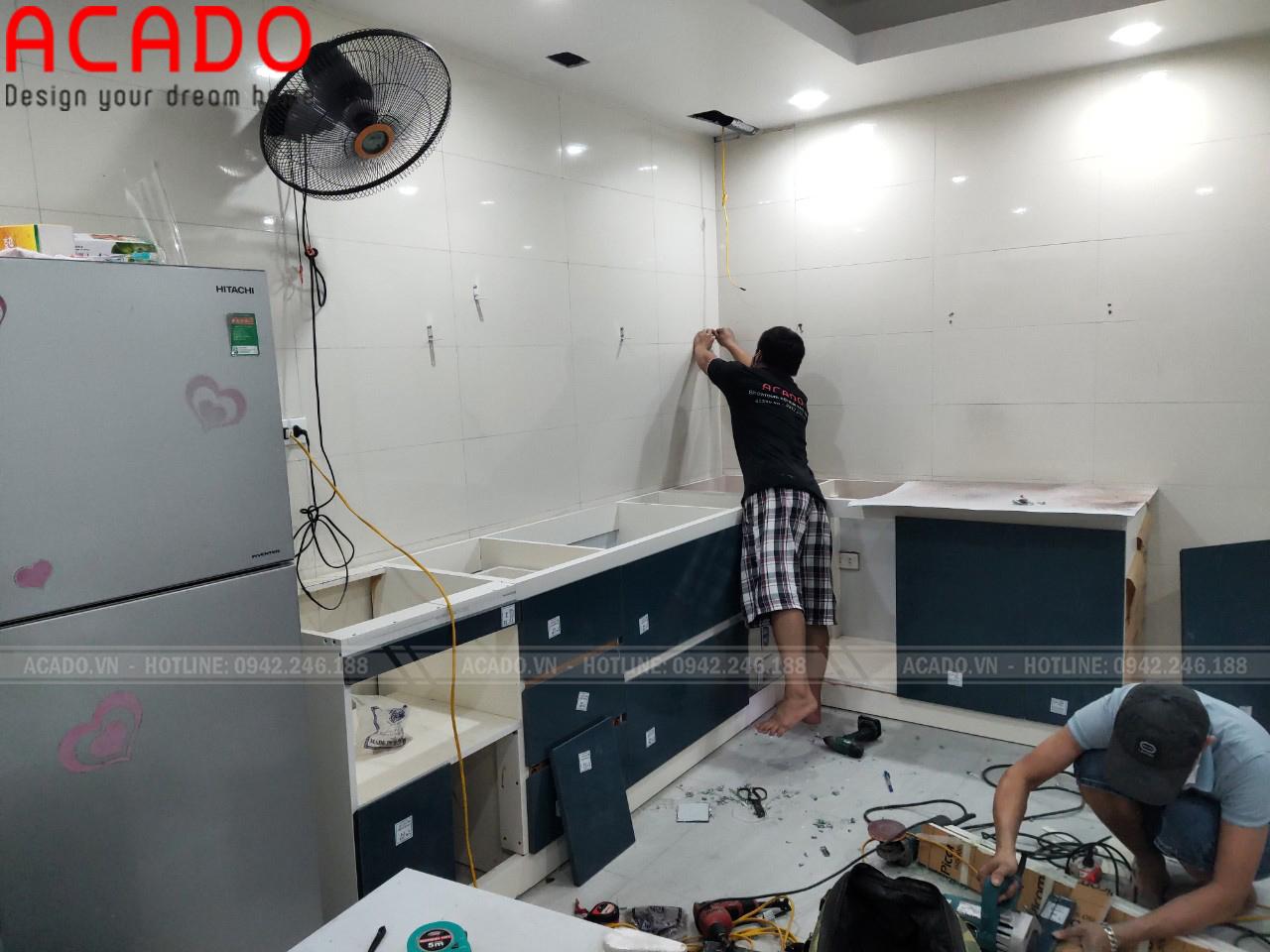 Thợ thi công vận chuyển và bắt đầu quá trình thi công tủ bếp gia đình anh Hoàn